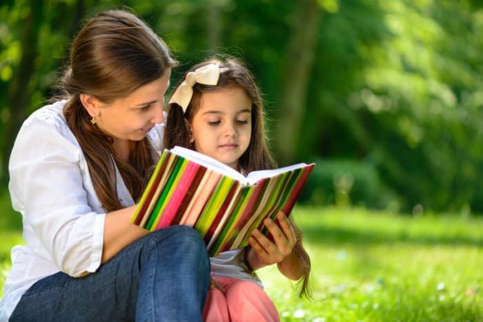 Resultado de imagem para mamae lendo para o filho